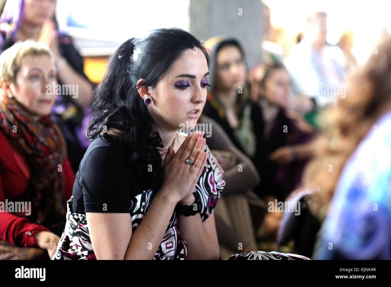 Belle jeune fille Hare Krishna prier dans un temple. Le 3 avril 2017. Le temple de Krishna, kiyv, Ukraine Banque D'Images