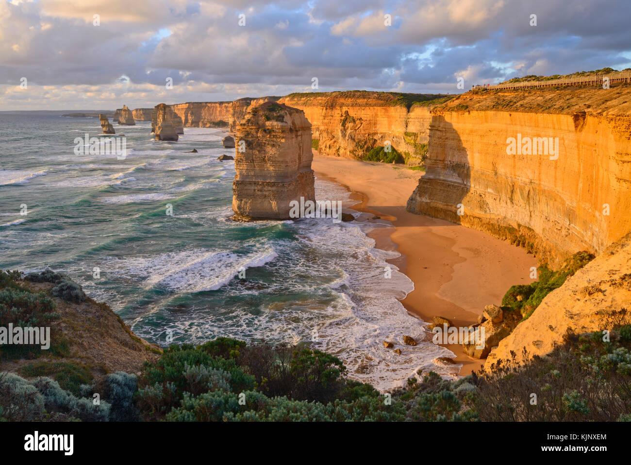 Les Douze Apôtres au coucher du soleil, Great Ocean Road, Port Campbell National Park, Victoria, Australie Photo Stock