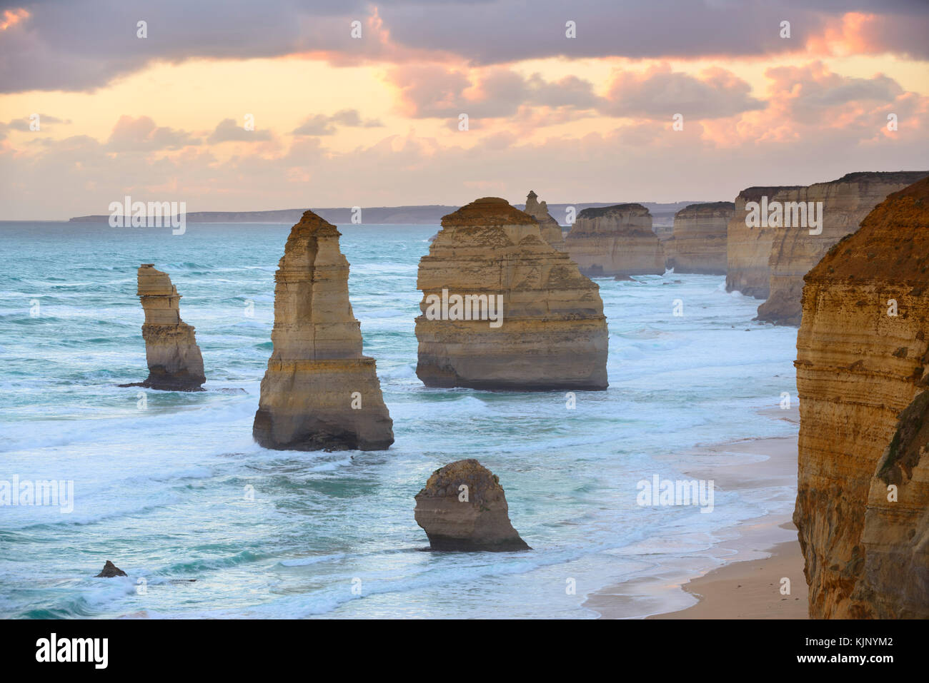 Au coucher du soleil les douze apôtres, Great Ocean Road, Port Campbell National Park, Victoria, Australie Photo Stock
