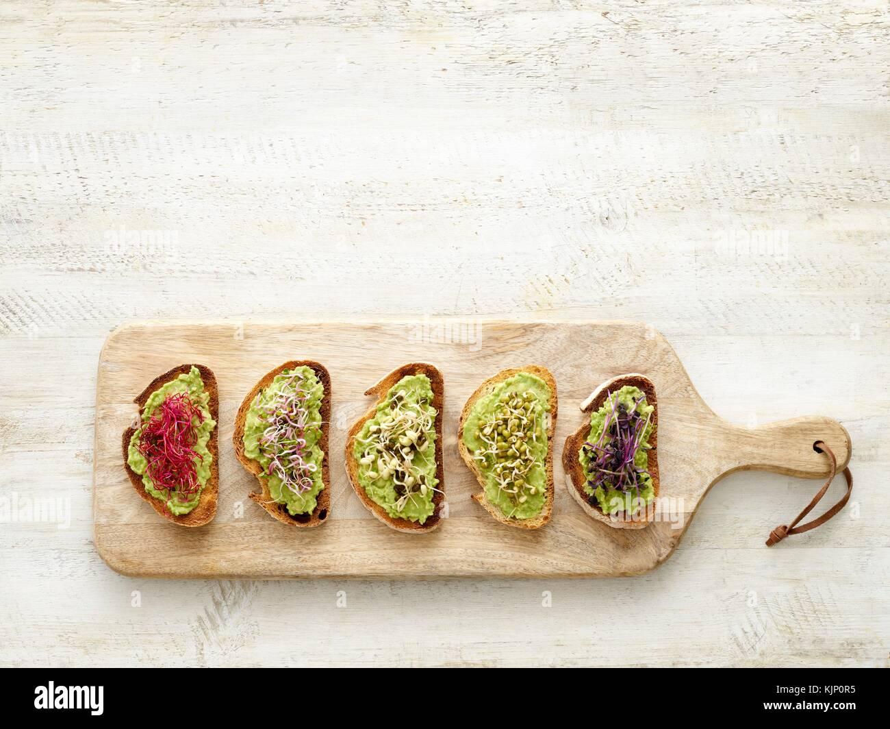 Les bruschetta sur une planche à découper en bois. Photo Stock