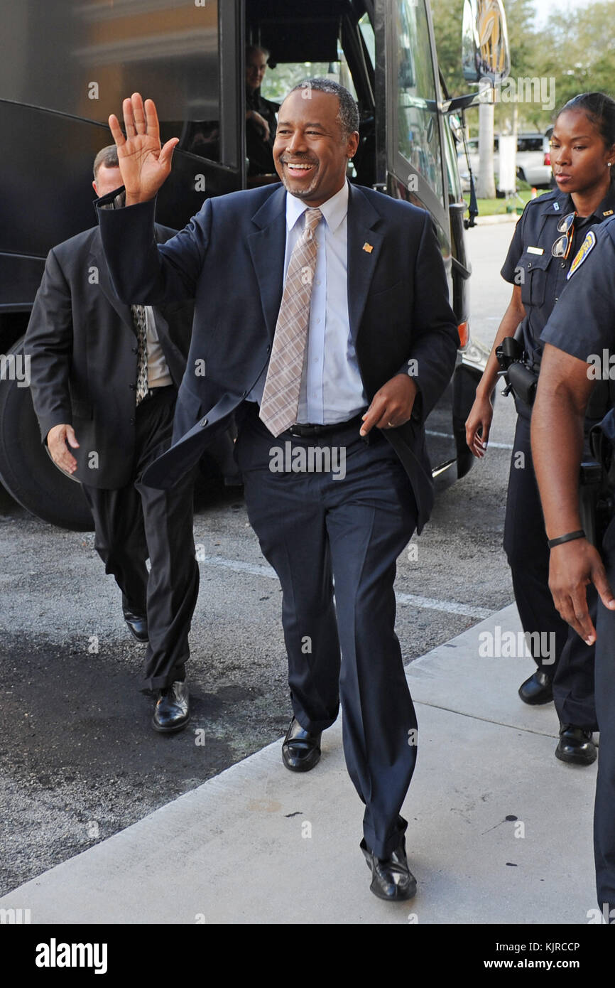 """Fort Lauderdale FL - 05 novembre: candidat à l'élection présidentielle. Dr Ben Carson assiste à un livre signature à Barnes et noble où il a signé des exemplaires de son livre """"une union plus parfaite"""" le 5 novembre 2015 à Fort Lauderdale, Floride personnes: Dr Ben Carson. Banque D'Images"""
