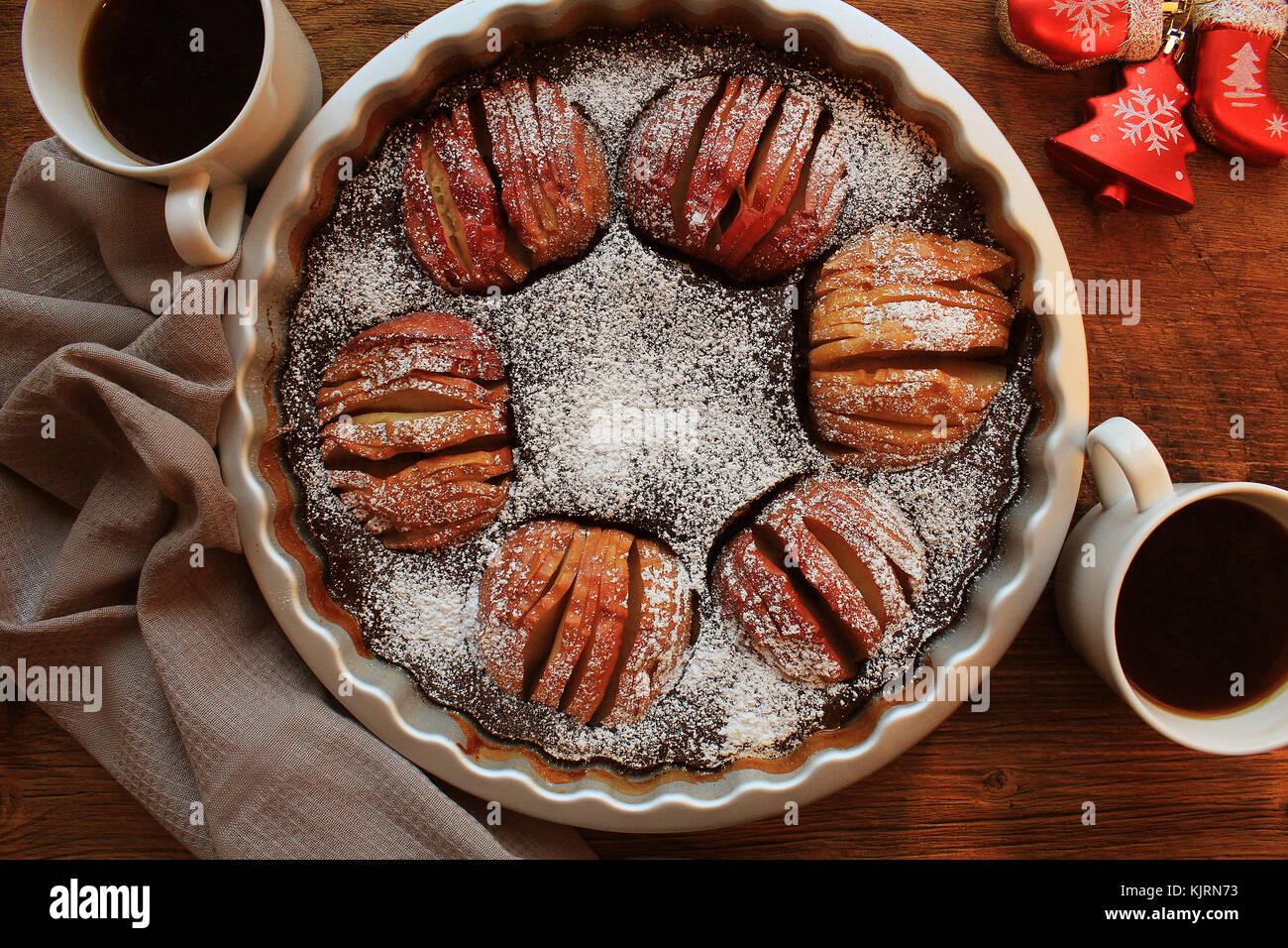 Tarte aux pommes traditionnelle, dessert, fruit tart sur table rustique en bois. Vue de dessus, fond de Noël Photo Stock