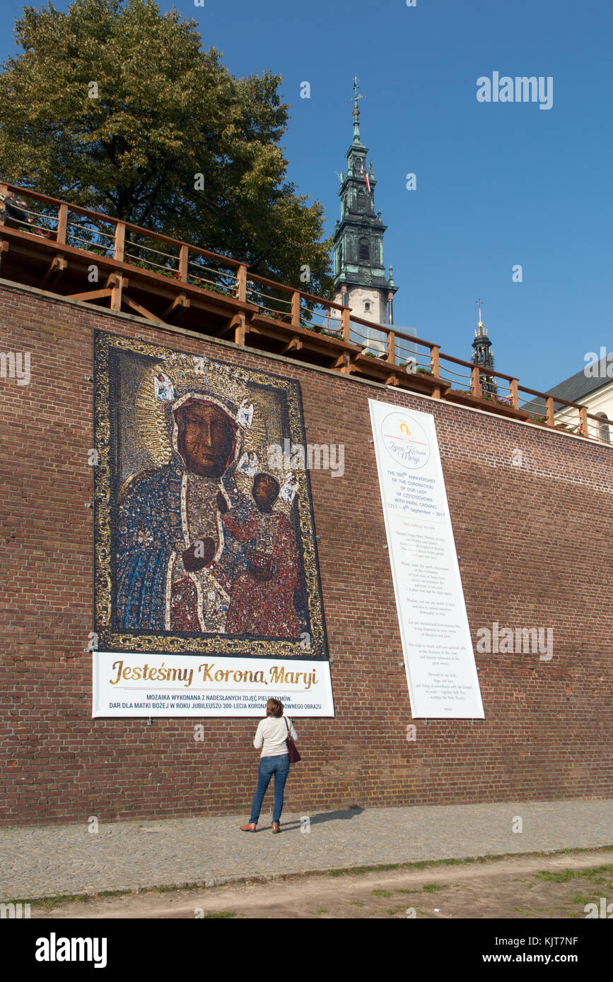 Femme debout à l'extérieur du monastère de Jana Gora dans la ville polonaise de Czestochowa Pologne aussi appelé le sanctuaire de Notre Dame de Czestochowa Banque D'Images