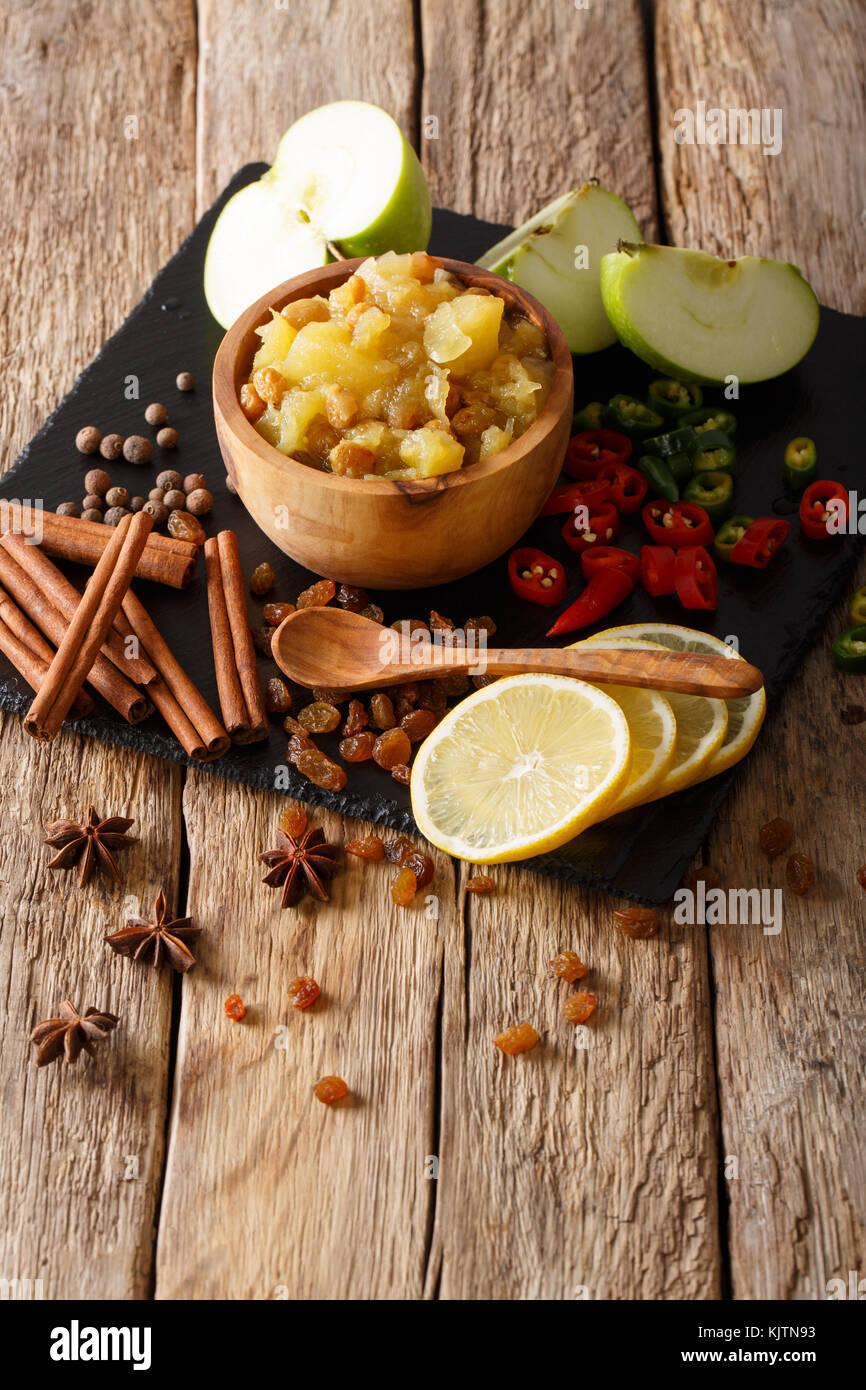 Indian chutney de pommes avec des ingrédients close-up dans un bol sur la table verticale. Banque D'Images