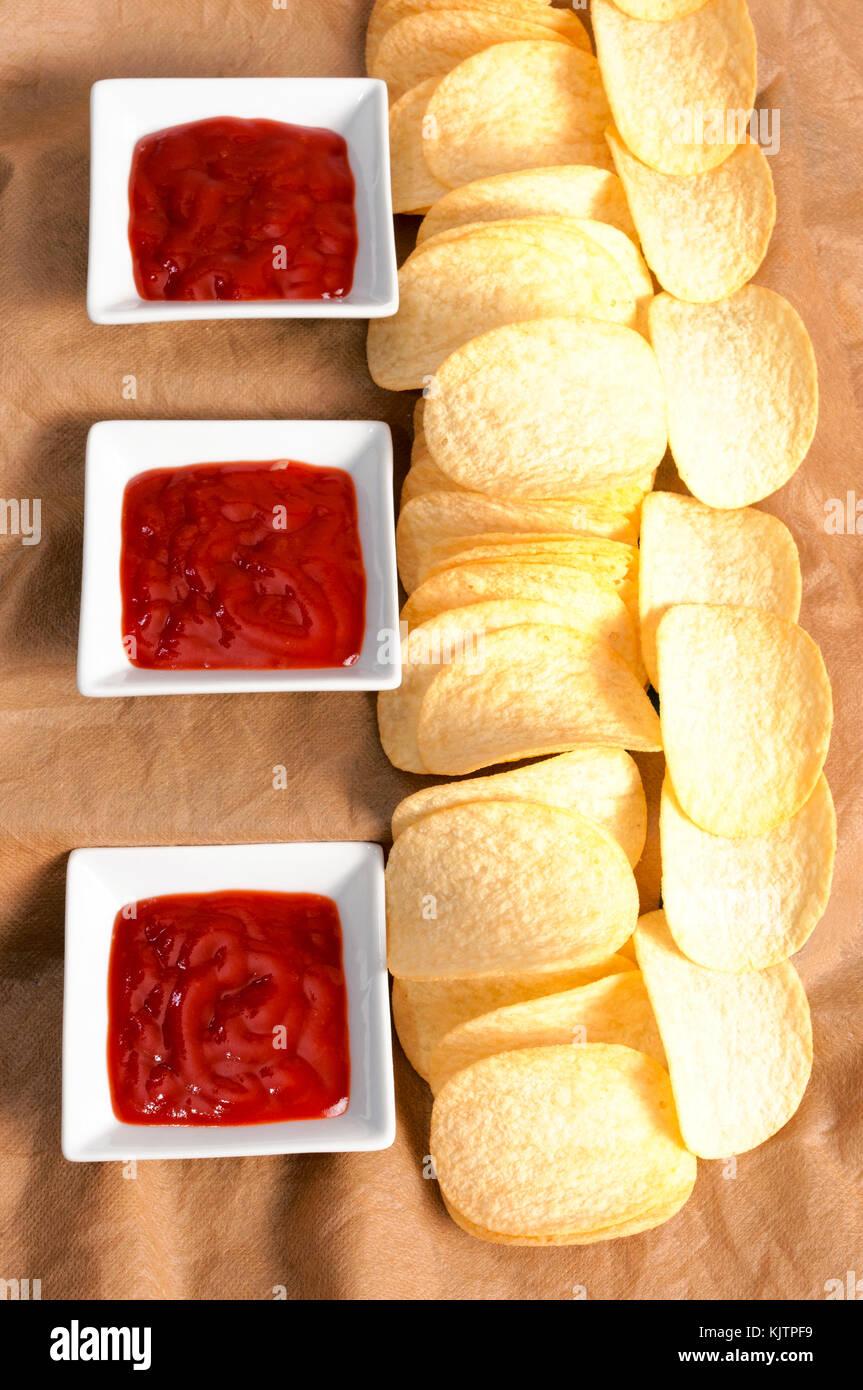 Croustilles de pommes de terre et le ketchup de dessus de touche bas Photo Stock