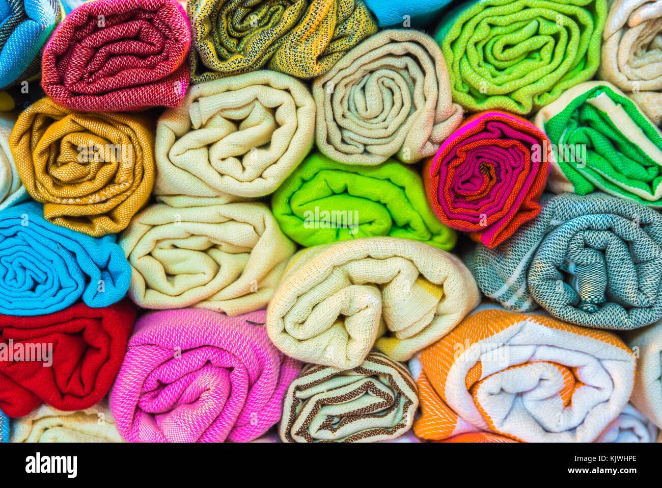 0b58921735e6 Composé en forme de rouleau de soie colorés traditionnels empilés ,chef des  foulards ou des