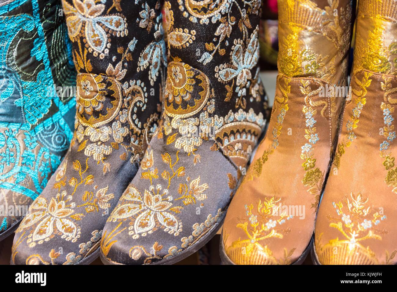 bb1fb1ba8018 Échoppe de marché avec les paires de bottes de style asiatique coloré sur  stall vu de dessus en grand bazar turquie