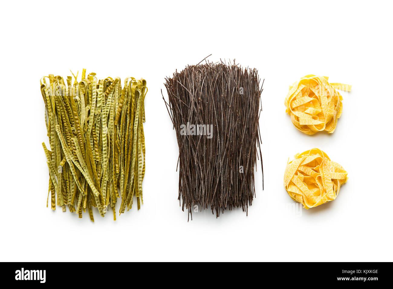 Sans gluten, riche en fibres des pâtes. haricot noir spaghetti, tagliatelle fettuccine et soja vert. Photo Stock