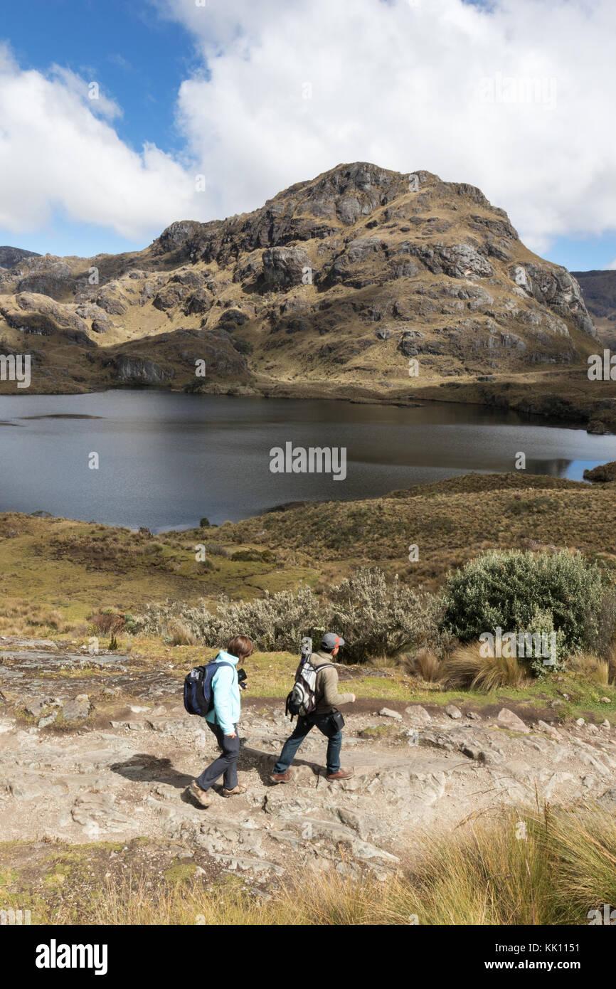 Équateur - Voyage d'un couple en train de marcher dans le Parc National El Cajas, le sud de l'Équateur, Photo Stock