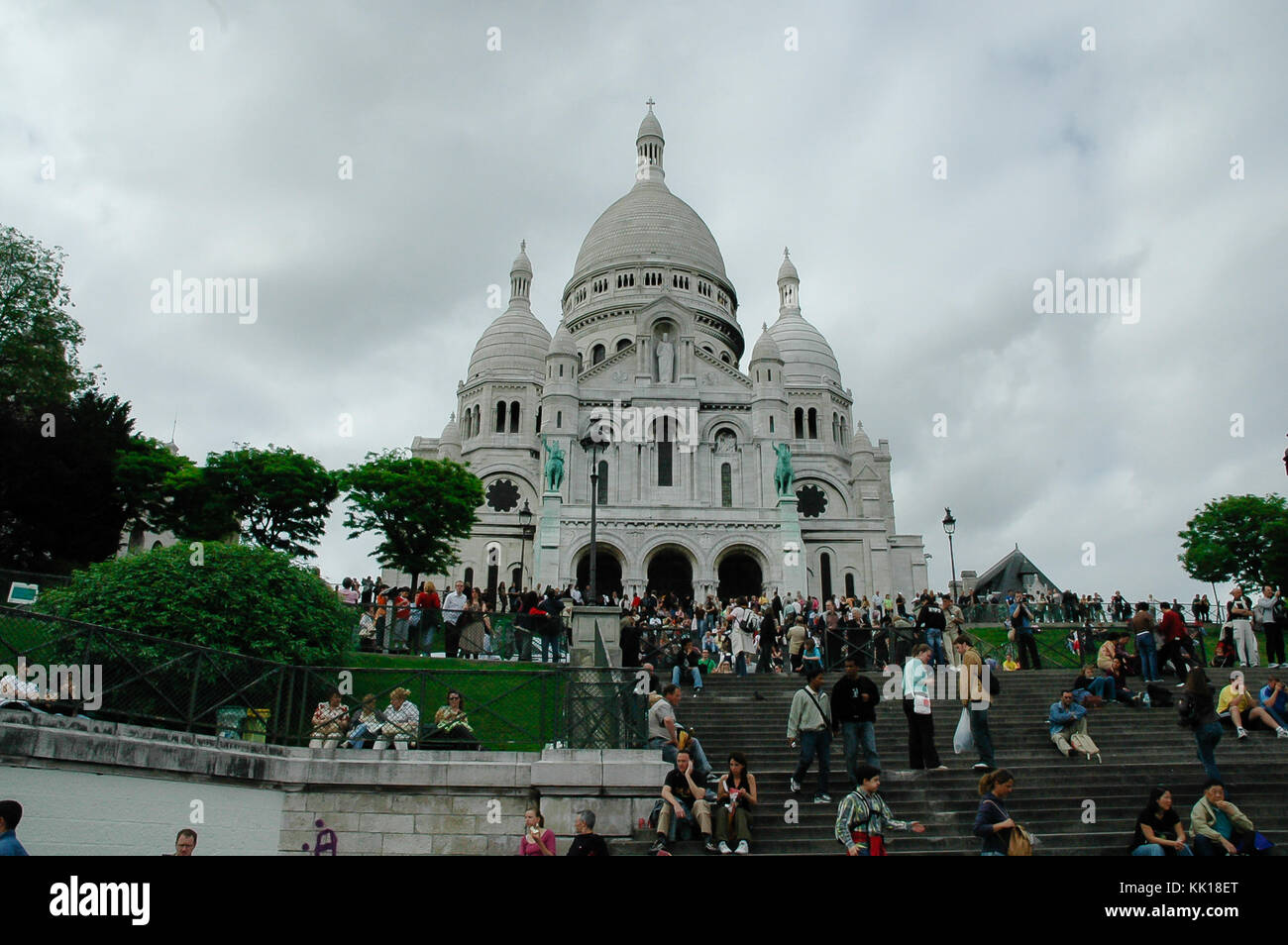Les touristes et les pèlerins se rendant sur la Basilique du Sacré-Cœur de Paris qui a été construit sur le sommet Banque D'Images