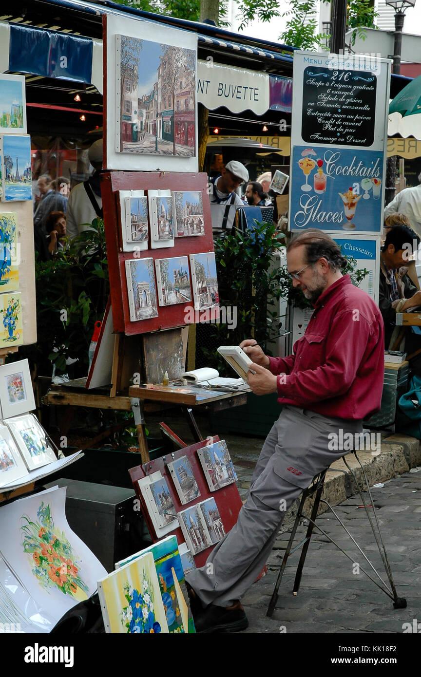 La peinture d'artistes et vente de peintures pour les touristes au trimestre d'artistes à Montmartre sur le chemin Banque D'Images