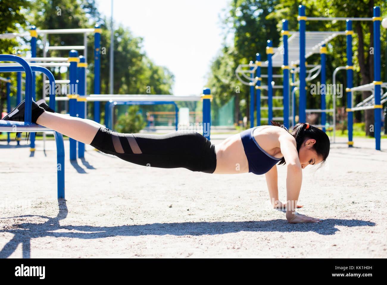 Jeune fille sportive sur le sport jeux pour enfants Photo Stock