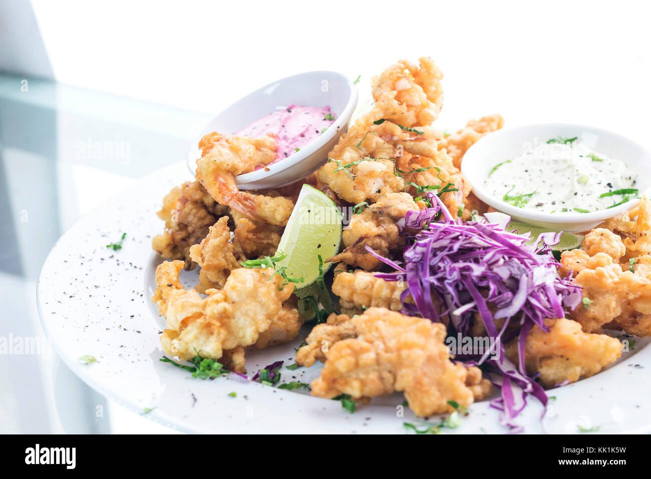 Fruits de mer frits tempura gourmet cuisine fusion moderne des aliments repas tapas Photo Stock