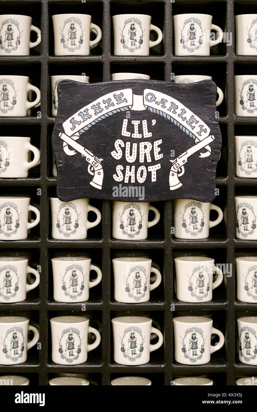 Annie Oakley Lil' Sure Shot tasses à café à vendre à poissons Eddy à Broadway dans Photo Stock