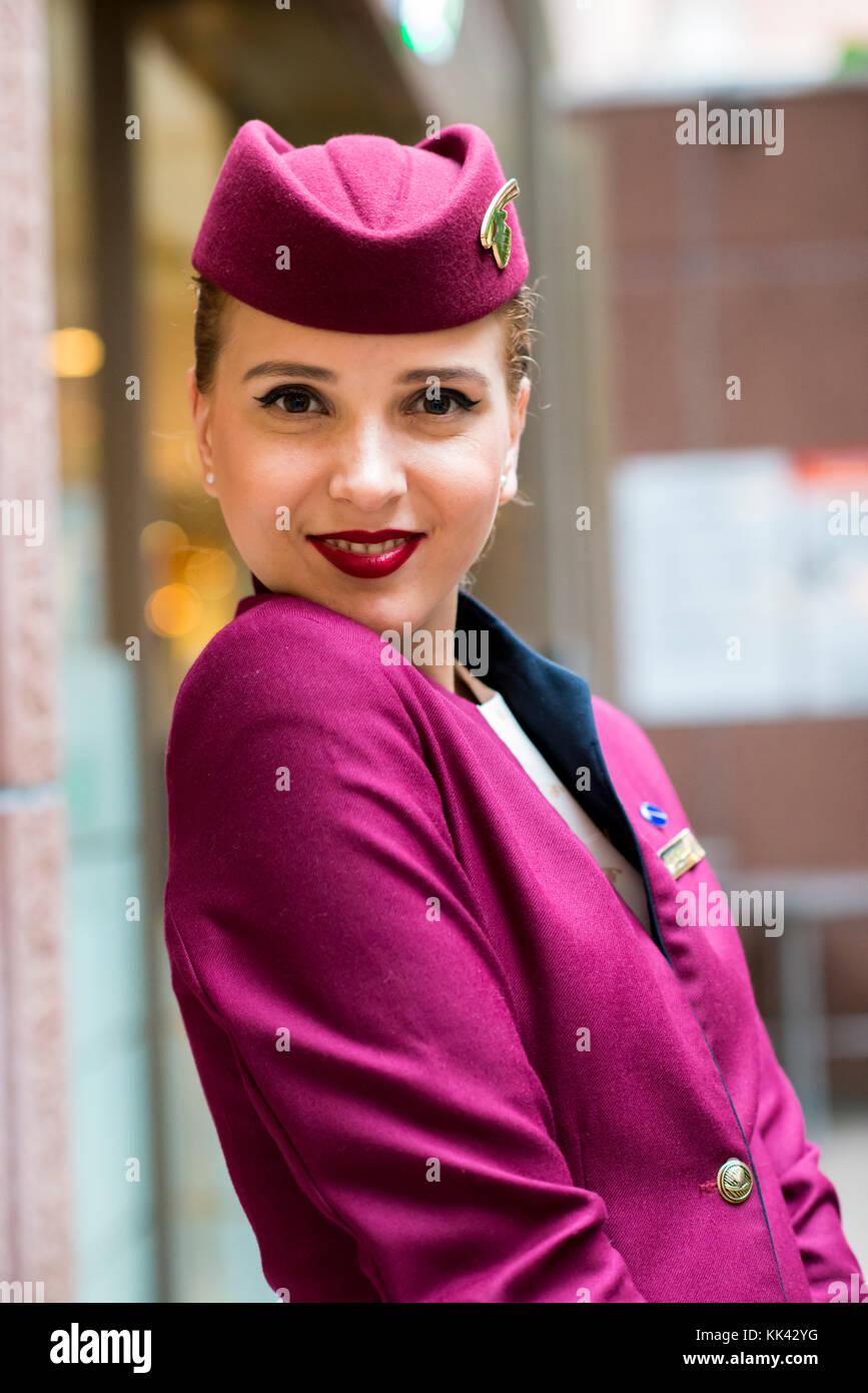 Les jeunes femmes travaillant comme attrayant pour l'équipage de cabine sur Qatar Airways escale à Photo Stock