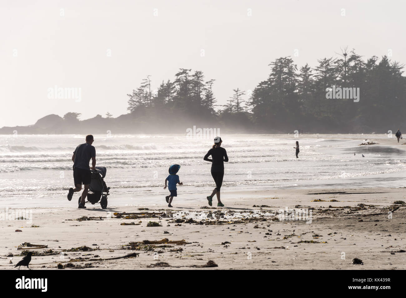 Chesterman beach près de Tofino, Colombie-Britannique, Canada (septembre 2017) - Famille d'exécution Photo Stock