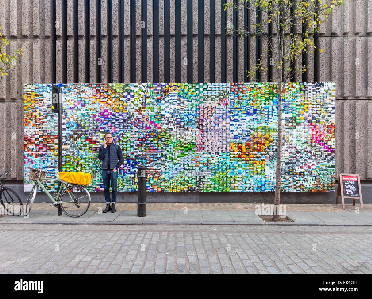 Les gens et le contexte au mur, Lomo lomography l'art de mur près de la Lomography gallery store dans le Photo Stock