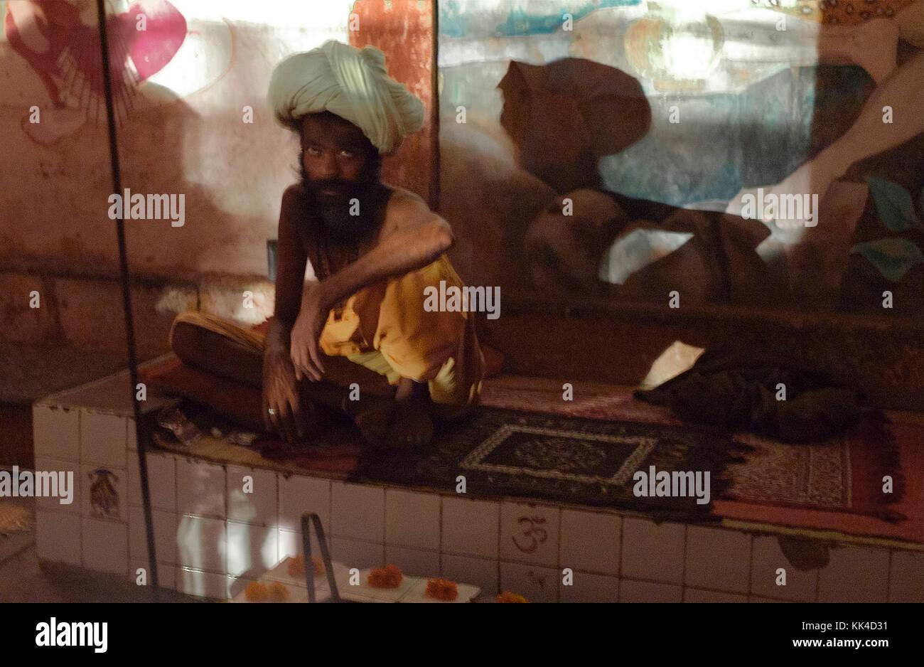 Aperçu des Indiens - 07/09/2010 - Inde / Benares - Pictural Sadhu et est l'ombre à benares Inde - Sylvain Leser / le Pictorium Banque D'Images