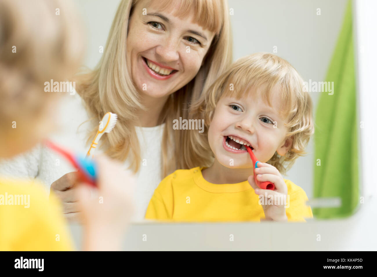 L'enseignement de mère enfant le brossage des dents Photo Stock