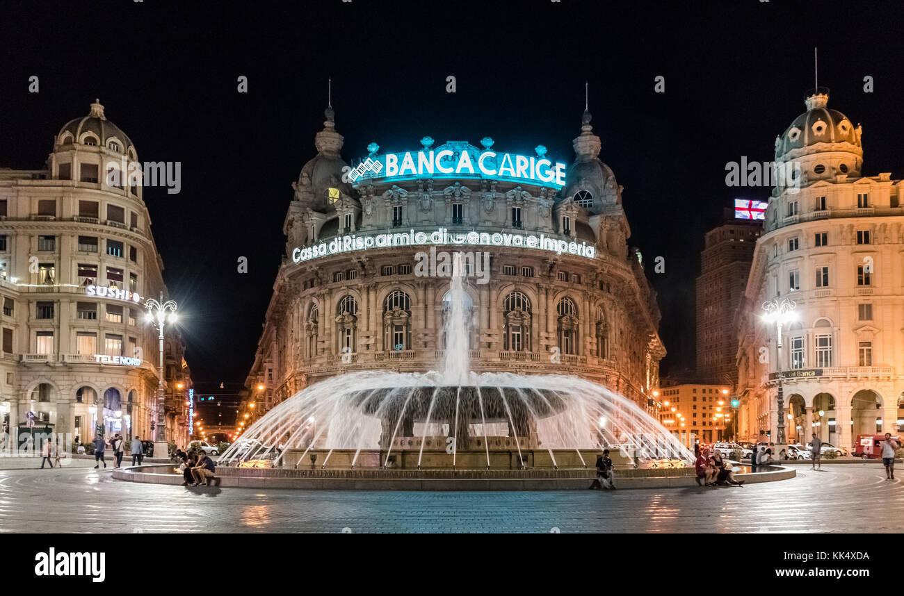 Gênes, Italie - 25 juillet 2017: Vue de nuit de la place de Ferrari, la place principale de gênes; la grande fontaine au centre de la ville est un monument, un Banque D'Images