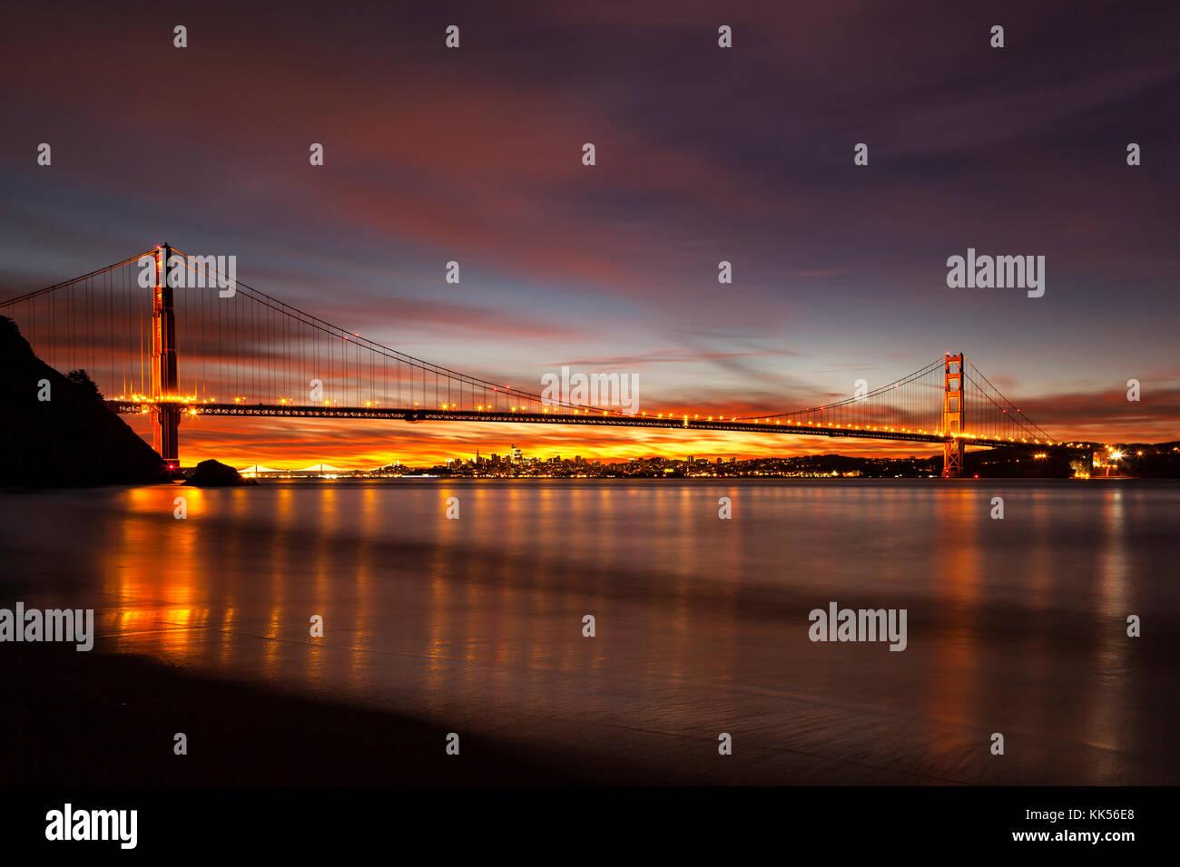 Golden Gate Bridge et San Francisco à l'aube vue de Kirby Cove. Photo Stock