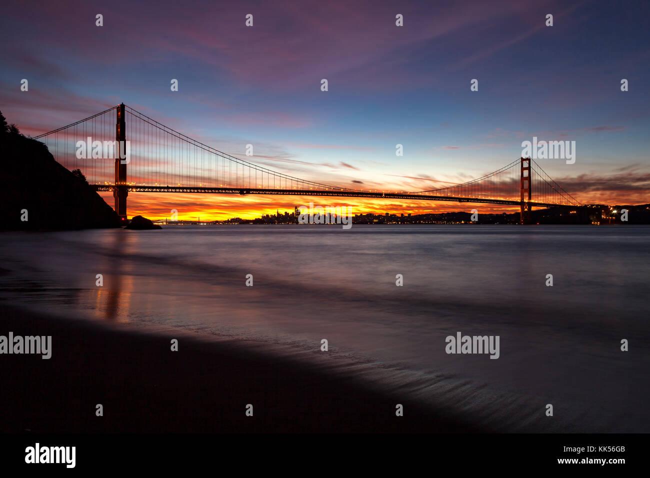 Golden Gate Bridge et San Francisco à l'aube vue du Marin Headlands. Photo Stock