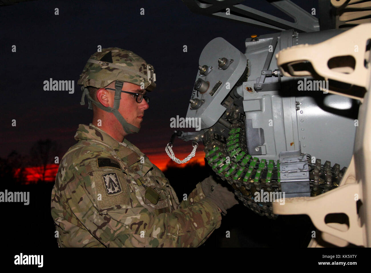 La CPS. Alexander Jones, un opérateur radar firefinder artillerie avec une batterie, 2e Bataillon, 44e Régiment d'artillerie de défense aérienne, attribué à 108e Brigade d'artillerie de défense aérienne, et attaché à la 101st Airborne Division (Air Assault), Brigade de soutien 101e Abn. Div., vérifie les munitions sur le système d'armes Phalanx terrestre, le 8 novembre, 2017, au cours de l'exercice de tir réel à Fort Campbell, Kentucky. (U.S. Photo de l'armée par la CPS. Alexes Anderson/101e SBDE Affaires publiques) Banque D'Images