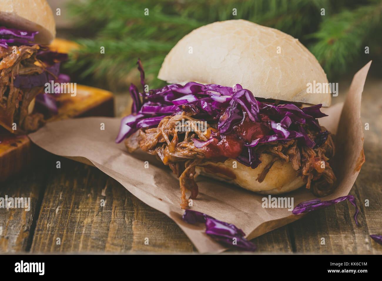 Burger De Boeuf Barbecue Fait Maison Avec Salade Croquante De Chou - Photo barbecue fait maison