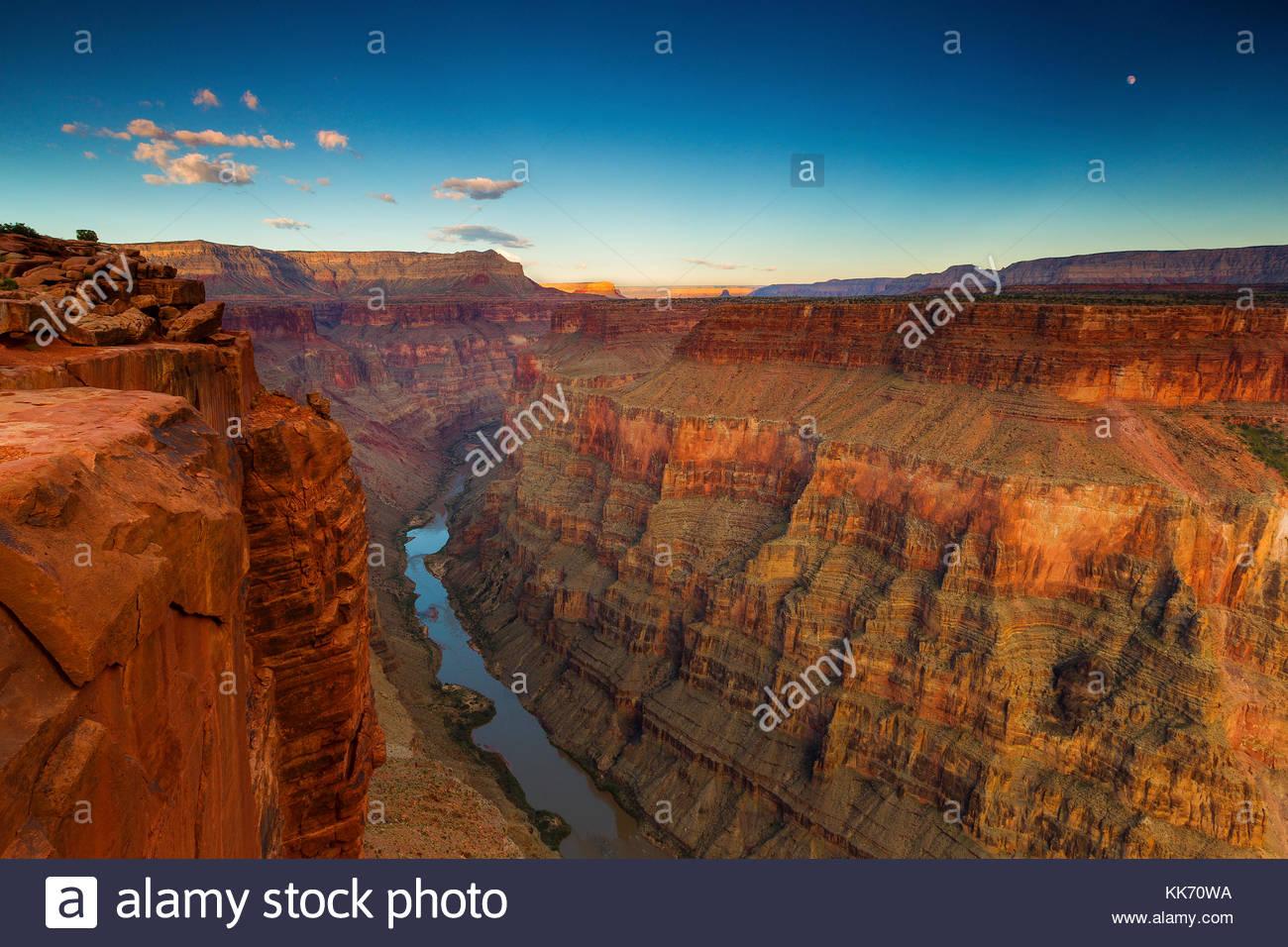 La pleine lune se lève sur le Grand Canyon et la rivière Colorado dans cette vue du Tuweep Toroweap Overlook Photo Stock