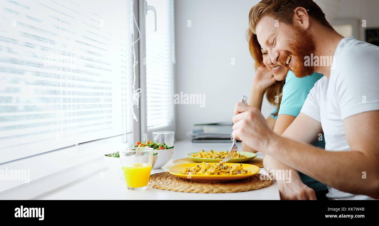 Couple in love le petit-déjeuner à l'accueil Photo Stock