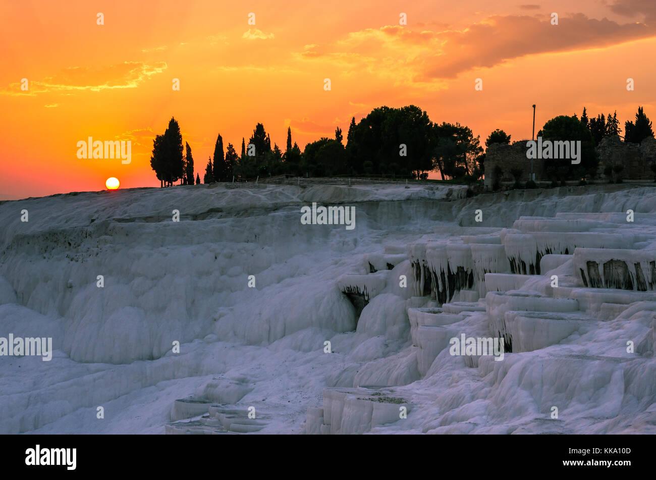 Coucher du soleil orange sur Pamukkale, Turquie Banque D'Images