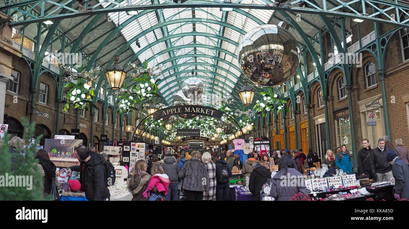 Vue sur le marché Apple à Covent Garden de Londres avec des décorations de Noël dans la nuit Banque D'Images