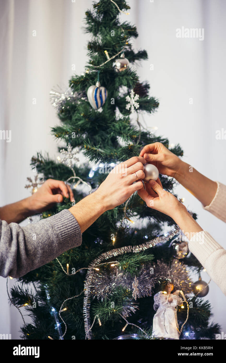 Mignon, jeune couple decorating a Christmas Tree Photo Stock