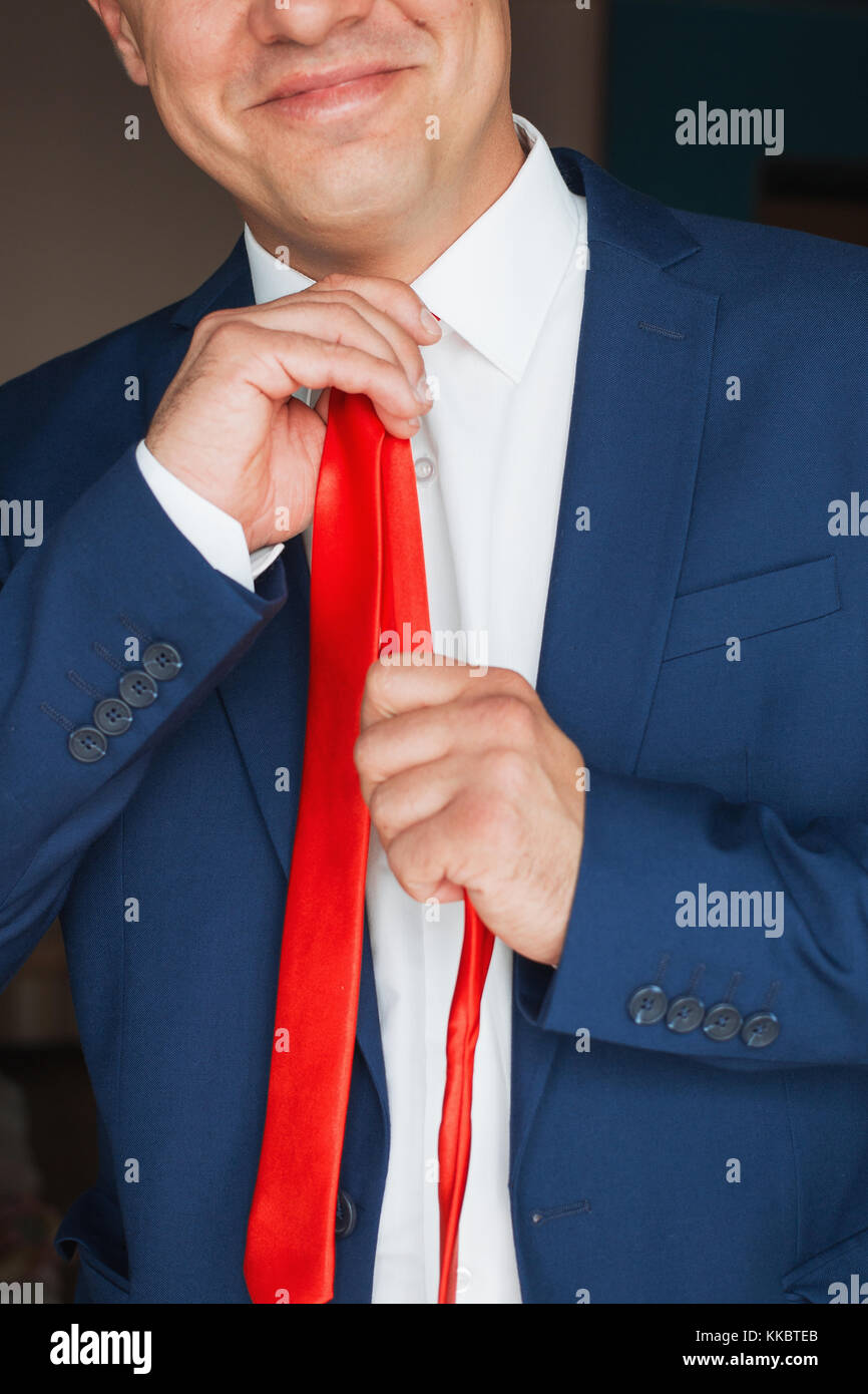 L'homme se redresse sa cravate Banque D'Images