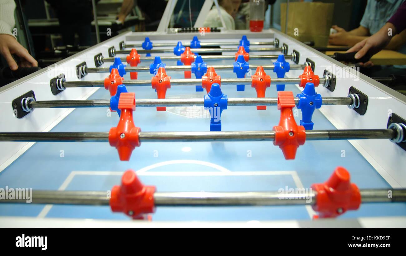 b715c053671ee0 Baby-foot jeu de foot kicker . baby-foot, soccer jeu de table avec des  joueurs rouge et bleu. Les jeunes amis qui jouent au football ensemble  table à l  ...