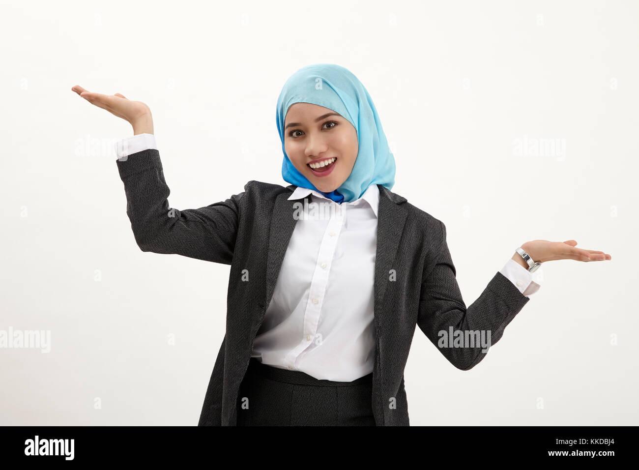 Interlocuteur view of a young woman présentant des avantages et inconvénients Photo Stock
