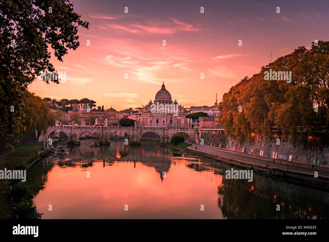 Belle vue sur st. la basilique Saint-Pierre au Vatican de Rome, Italie pendant le coucher du soleil en automne Photo Stock