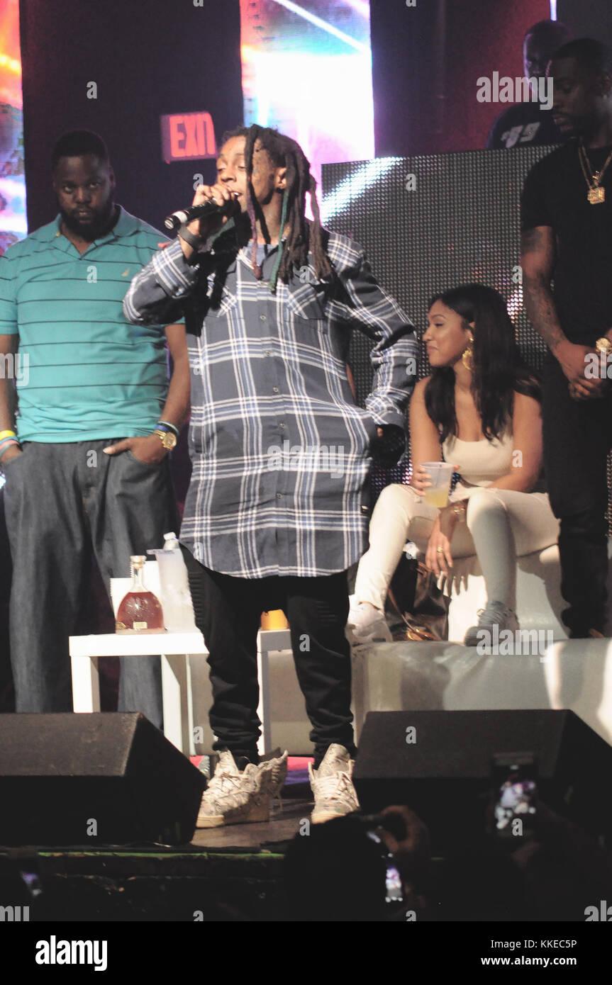 Fort Lauderdale, FL - le 23 mars: l'un des gardes du Lil Wayne pataugé dans la foule lors d'une Floride show tôt le dimanche et un ventilateur pontés qui avait semble-t-il coché le rappeur, une nouvelle vidéo montre. le 32-year-old star hip hop est apparu à souligner le jeune barbu amateur de montrer avant l'attaque brutale révolution à vivre à Fort Lauderdale, l-0779-palm beach new times. Le 23 mars 2015 à Fort Lauderdale, en Floride. Personnes: Lil Wayne Banque D'Images