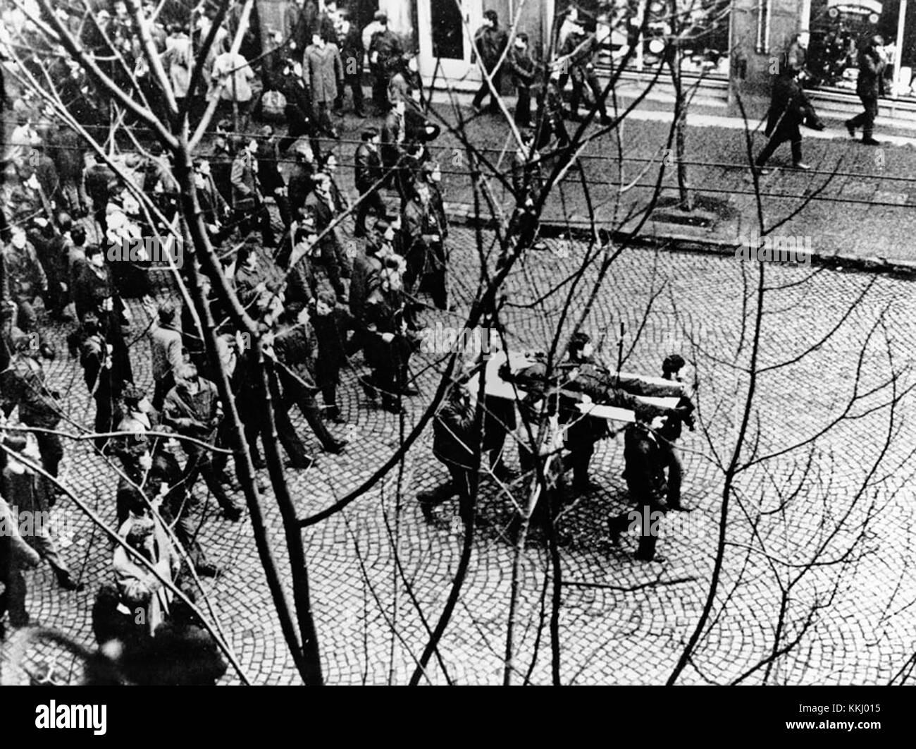 Gdynia, 17.12.1970. Wydarzenia grudniowe na Wybrzezu - robotnicy Stoczni Gdynskiej niosa na drzwiach cialo Zbigniewa Banque D'Images