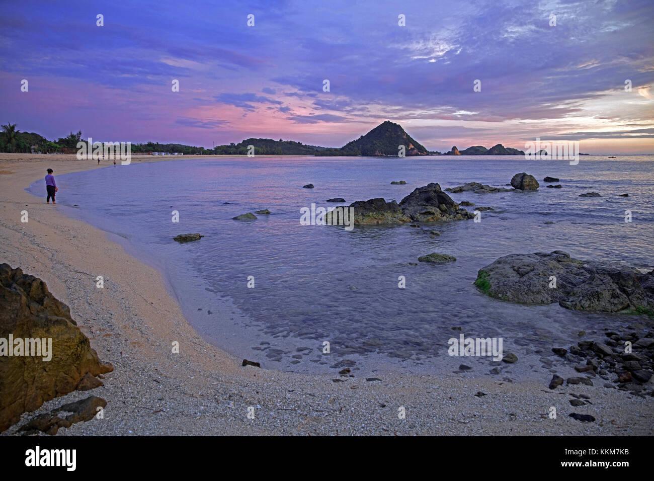 Les touristes sur la plage au coucher du soleil sur l'île de Lombok en Indonésie, îles de la Photo Stock