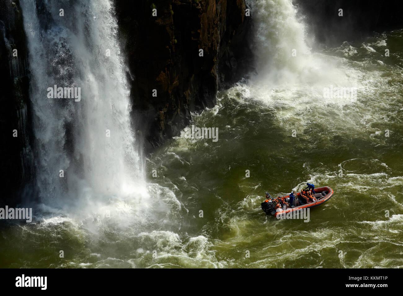 Bateau de tourisme en vertu de l'Iguazu, Brésil - Argentine, à la frontière de l'Amérique Photo Stock