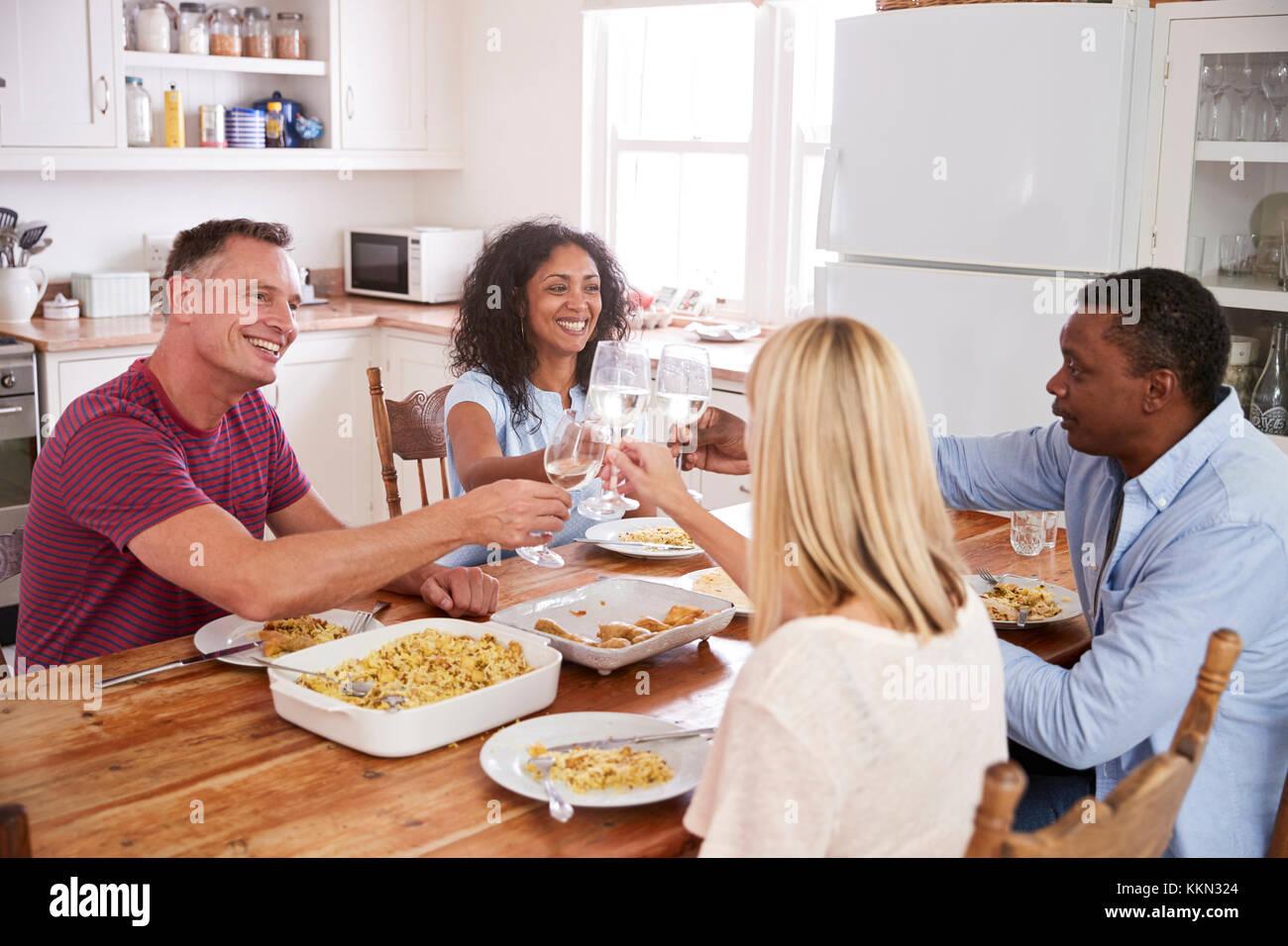 Recevoir Des Amis d'âge mûr pour recevoir des amis à dîner banque d'images, photo