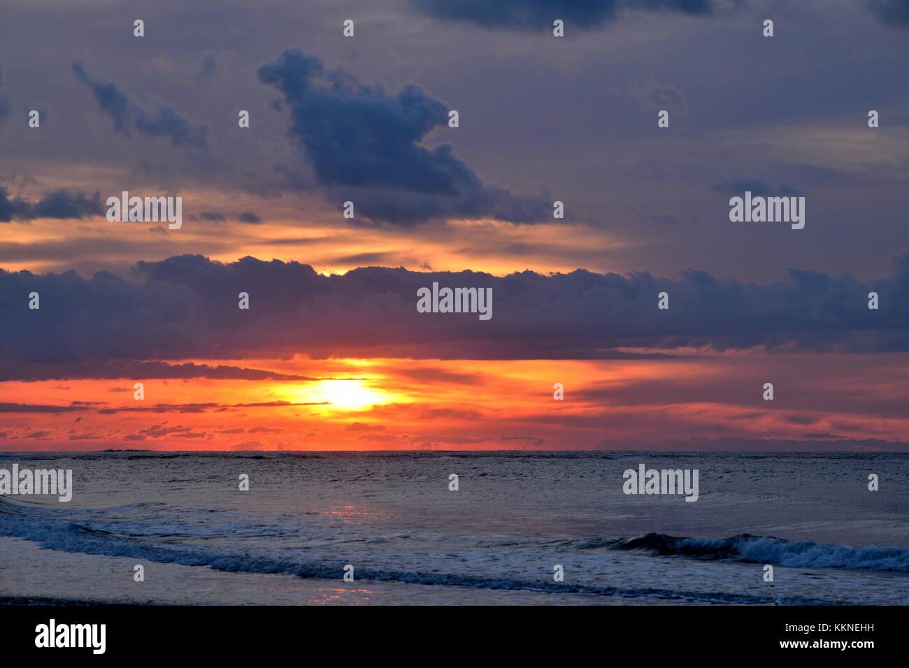 Crainte inspirant brillant lever du soleil sur l'océan. Photo Stock