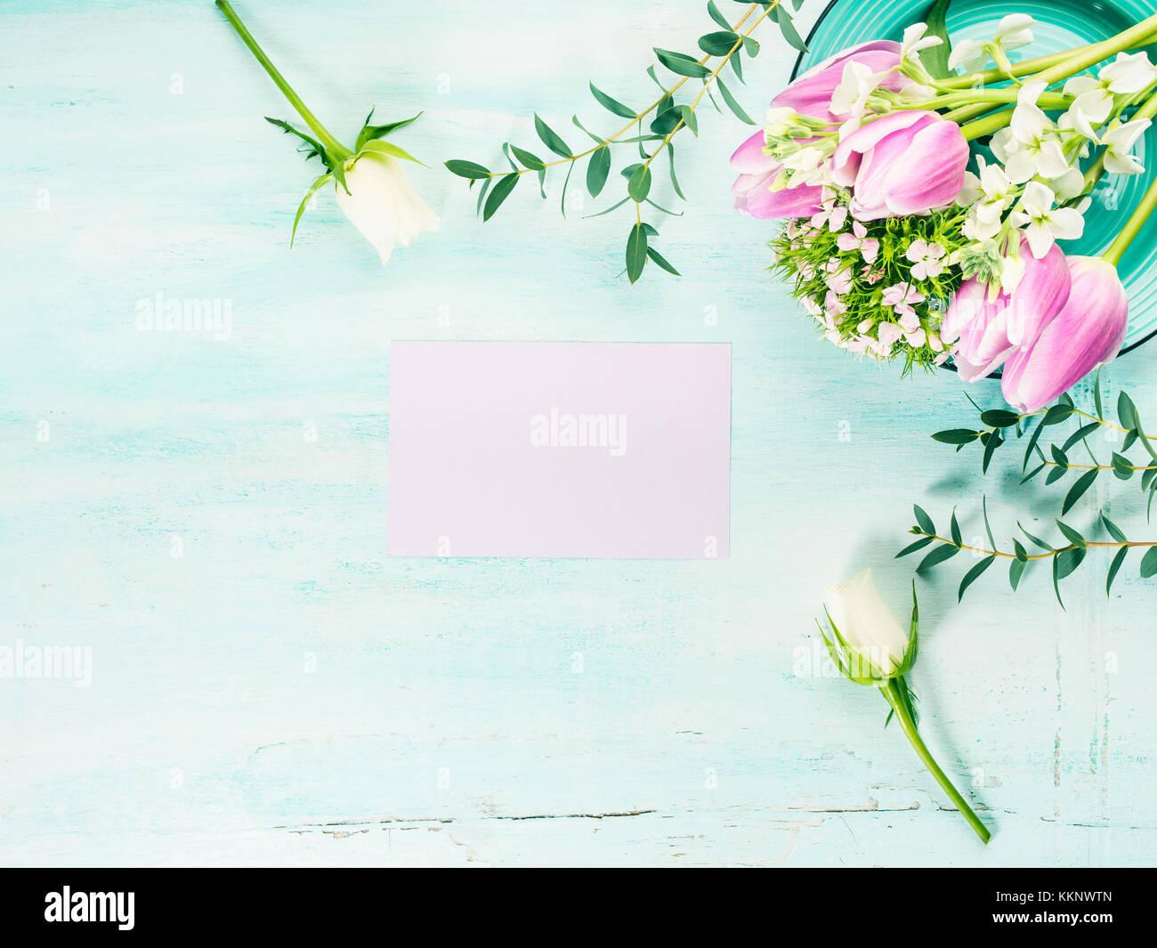 Carte mauve vide tulipes fleurs roses fond couleur pastel du