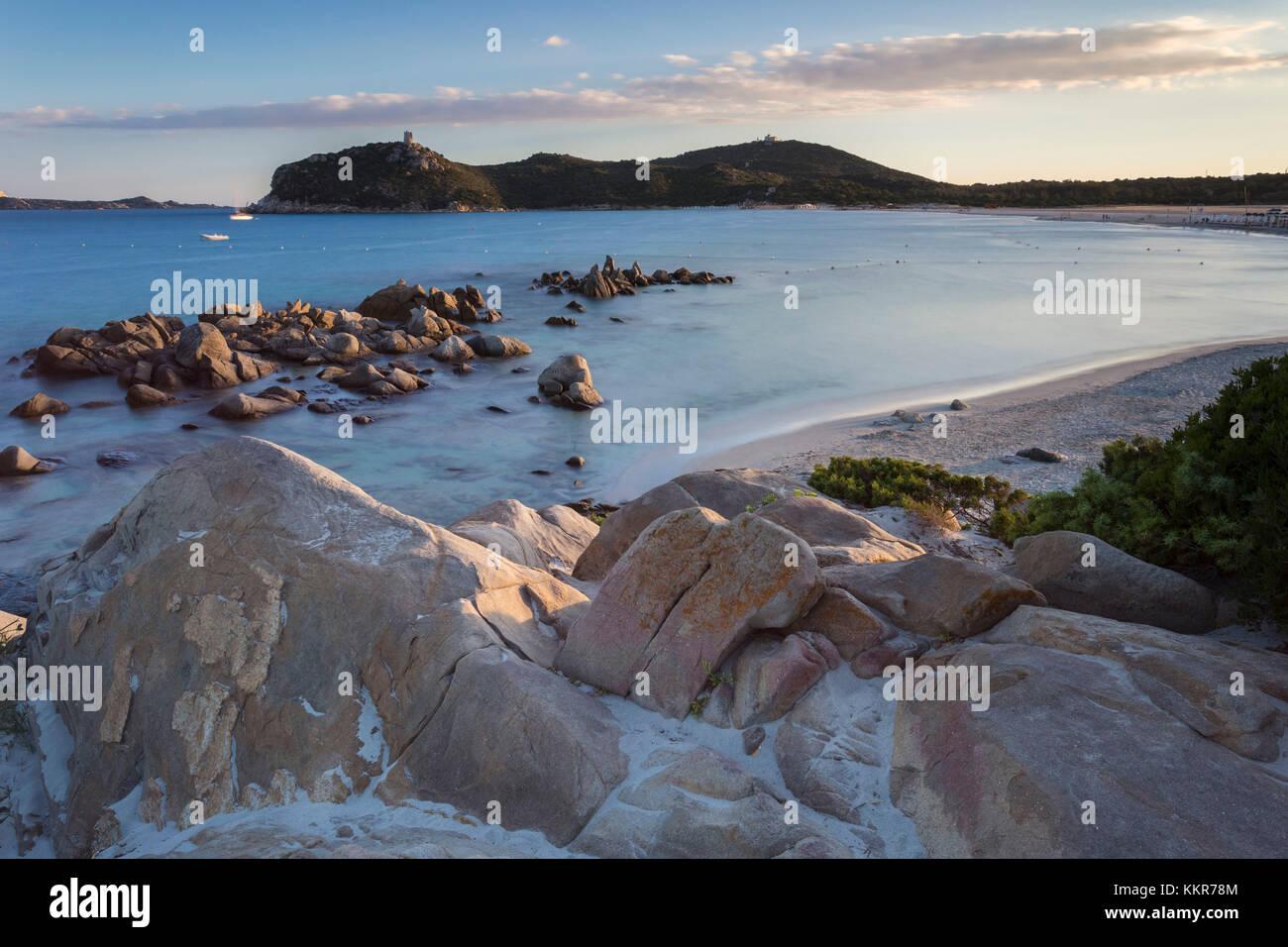 Coucher du soleil sur le récif de Porto Giunco beach et la vieille tour, Villasimius, Cagliari, Sardaigne, Italie, Europe. Banque D'Images