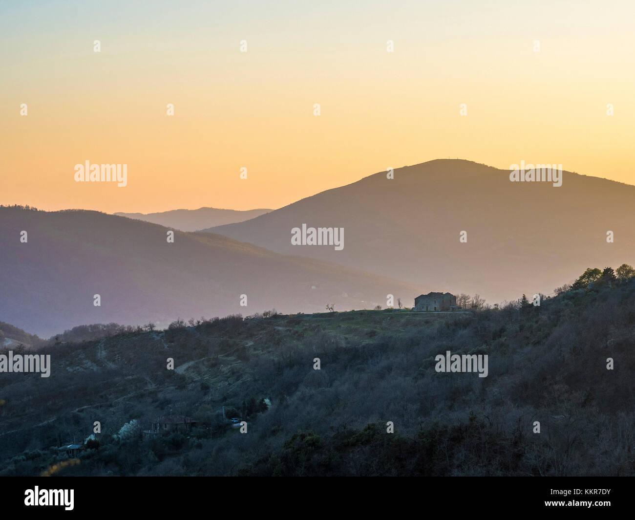 L'Italie, l'Ombrie, l'Apennin, coucher du soleil sur les montagnes Photo Stock