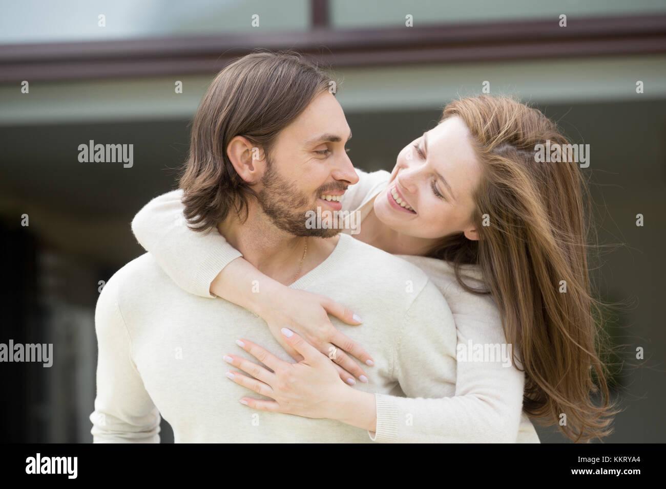 Jeune femme embrassant mari de son dos profiter de sorties loisirs Photo Stock