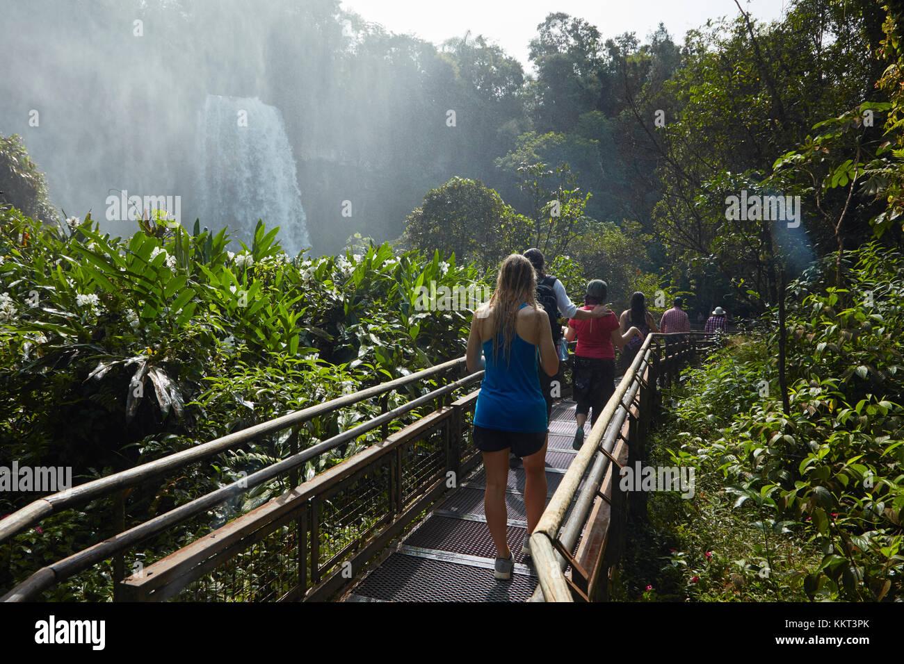 Touristique sur la passerelle par les chutes d'Iguazu, Argentine, Amérique du Sud Banque D'Images