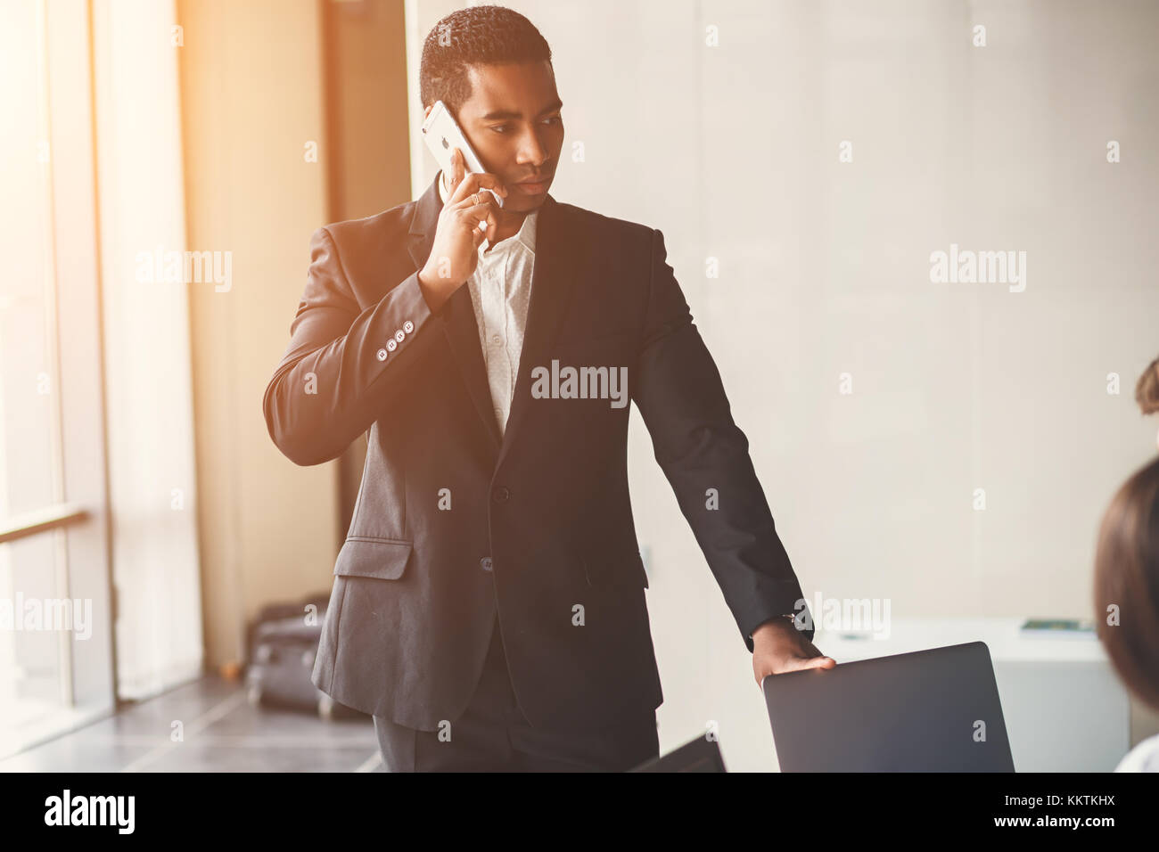 African American businessman using smart phone emailing ou de parler Photo Stock