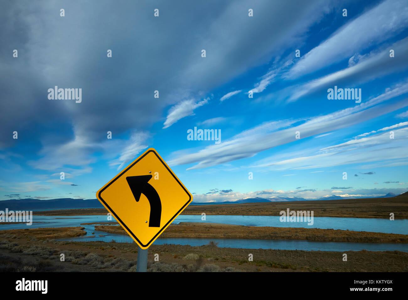 Signe de route et de la rivière La Leona, Patagonie, Argentine, Amérique du Sud Photo Stock
